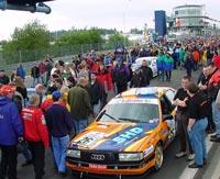 Chris mit signal-silbernem Audi 200 beim 24-Stunden Rennen 2000 auf dem Nürburgring